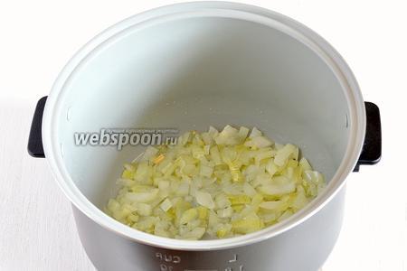 Лук порезать кубиками. Поместить лук и подсолнечное масло в чашу мультиварки (у меня мультиварка Поларис) Включить режим «Жарка». Жарить 3-4 минуты, помешивая.
