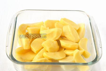 Картофель почистить, порезать дольками.