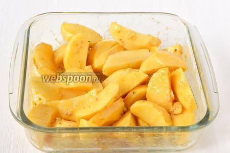 Соединить картофель и маринад. Поставить блюдо с картофелем в холодильник на 40 минут.