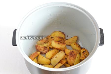 Во время готовки 1-2 раза перемешать картофель.