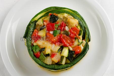 Формовочное кольцо убрать. Обернуть овощи печёными пластинами цукини по кругу.