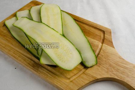 Второй плод цукини нарезать на тонкие ломтики толщиной 0,5-0,7 см.