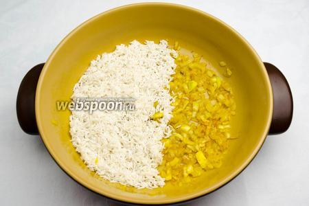 К луку выложить рис, сбрызнуть его соком лимона (1 ст. л.).