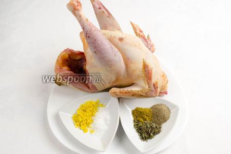 Нагреть духовку до 180 °C. Подготовить заранее тушку курицы и приправы для соуса-намазки тушки.