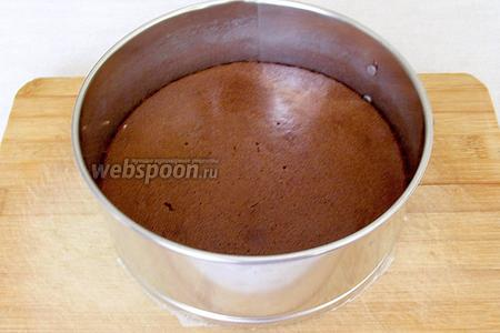 Готовый бисквит остудить в форме, а затем извлечь.