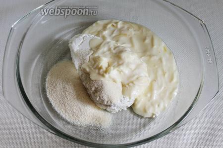Затем сырно-сметанную смесь. Перемешать, добавляя ванилин и соду.