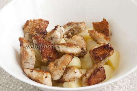 Кусочки филе выложить на хорошо разогретую сковородку с 2 ст. л. оливкового масла. Обжарить со всех сторон до румяного цвета, довести до готовности под крышкой. Добавить к кусочкам картофеля.