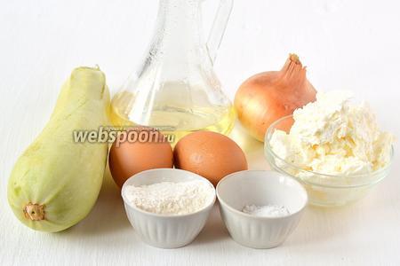 Для приготовления блюда нам понадобится творог, молодой кабачок, лук, яйца, мука, соль, петрушка, подсолнечное масло.