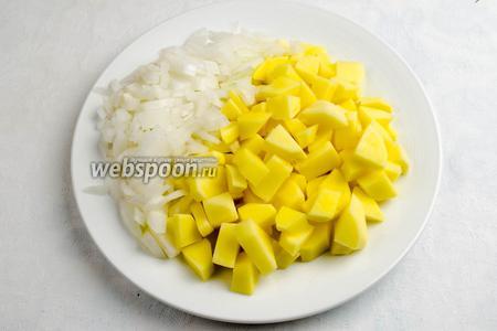 Тем временем нарезать кубиками оставшуюся половину луковицы. Почистить, помыть и нарезать кубиками картофель (3 шт.).