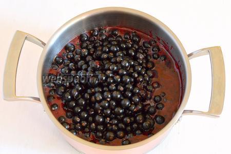 Соединить пюре смородины и остальные ягоды смородины.