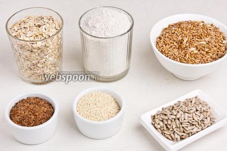 Для приготовления хлебцов понадобится ржаная мука, овсяные хлопья, пшеница, лён, кунжут, семечки, соль, кориандр и вода.