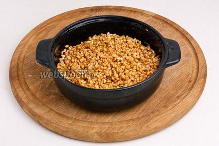 Залить водой пшеницу и оставить на 8 часов или на ночь.