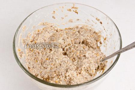 Частями добавить воду и замесить тесто. Тесто должно быть не крутым, но и не жидким.