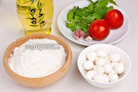 Для приготовления закуски понадобится сыр моцарелла (мини), базилик зелёный, мука, соль, оливковое масло, рафинированное масло для жарки, вода, чеснок и помидоры.
