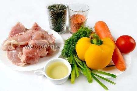 Для приготовления чечевицы с курицей нам понадобятся следующие ингредиенты: куриное филе, чечевица зелёная и красная, сладкий перец, помидор, морковь, зелёный лук и укроп, вода, подсолнечное масло, приправы.