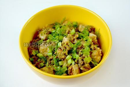 Готовую чечевицу с курицей выкладываем в порционную посуду, посыпаем нарезанным луком и укропом, можно добавить сливочное масло по желанию.