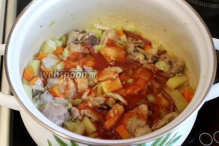 Затем томатный сок и тушим до готовности картофеля на медленном огне.