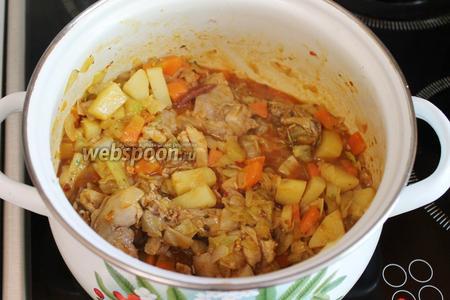 Смесь загустеет, добавляем соль, пряности для тушения овощей и карри, перемешиваем.