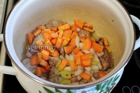 Опускаем лук и морковь, при постоянном помешивании слегка обжариваем.