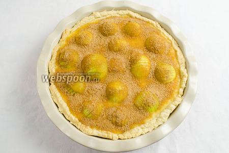 Соединить 1,5 ст. л. сахара с 1 ч.л. корицы. Посыпать сверху на пирог. Поставить пирог в горячую духовку. Выпекать 1 час при температуре 180°C.