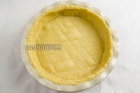 Готовое тесто вынуть из холодильника, раскатать его в круг толщиной 2 мм. Смазать дно и стенки формы сливочным маслом (форма 25 см в диаметре, 5 см высота). Накрыть раскатанным тестом форму. Лишнее тесто срезать. Поставить форму с тестом в холодильник на 30 минут.