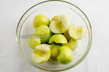 Для начинки приготовить яблоки, сок лимона, 2 ст. л. сахара. Яблоки вымыть. Просушить. Разрезать на 2 половинки. Вынуть сердцевину. Надрезать сверху дольку яблока. Полить дольку яблока лимонным соком и присыпать сахаром (чтобы яблоко не потемнело, поливать дольку сразу же после того, как надрезали его). Оставить в холоде.