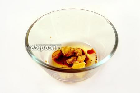 Готовим соус: взбиваем миндальное масло с мёдом, бальзамическим уксусом и перцем из мельнички до состояния эмульсии.