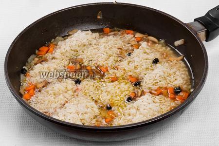 Добавляем рис, солим и готовим под крышкой 30 минут.