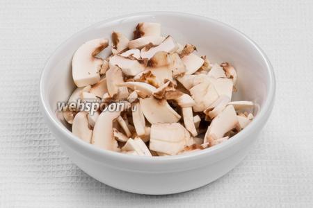 Чистим и нарезаем грибы.