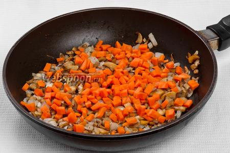 Добавляем морковь к грибам и жарим ещё 10 минут.