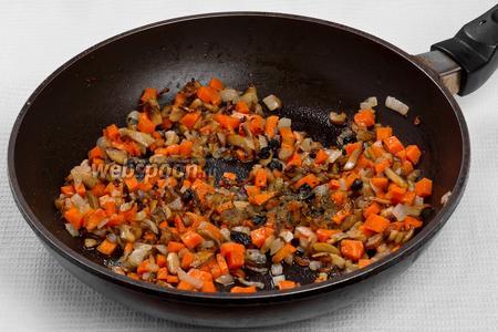 Добавляем к грибам, луку и моркови барбарис, и французские травы, и жарим ещё 5 минут.