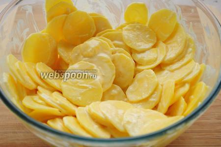 Добавьте картофель и хорошенько перемешайте, чтобы не осталось слепленных кусочков картофеля.