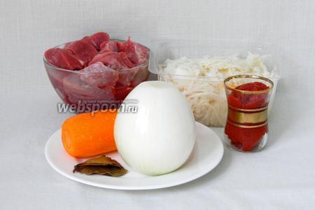 Для приготовления квашеной капусты с мясом возьмём говядину, квашеную капусту, лук, морковь, томатную пасту, лавровый лист, соль и перец по вкусу, подсолнечное масло для жарки.
