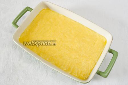 Готовую поленту смешать с мелко натёртым сыром и выложить в судок. Запечь в духовке в течение 15 минут при температуре 180 °C. Остудить.