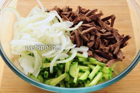 Складываем все ингредиенты в миску, добавляем сметану с майонезом и горчицей, заправляем салат.