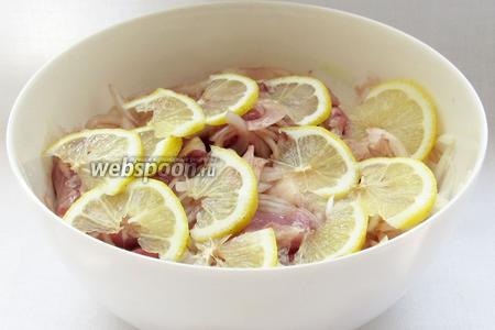 Лимон добавить в последнюю очередь. Я порезала лимон тонкими ломтиками, а потом помяла, но можно просто выдавить лимонный сок, так даже лучше. У меня специи добавились только на этом этапе. Хорошенько прижать мясо с маринадом тарелкой, чтобы  выделившийся сок полностью покрыл мясо. Хорошему мясу достаточно мариноваться не более часа, иначе оно станет, как тряпочка. Ну, а если мясо жестковато, то оставьте подольше.