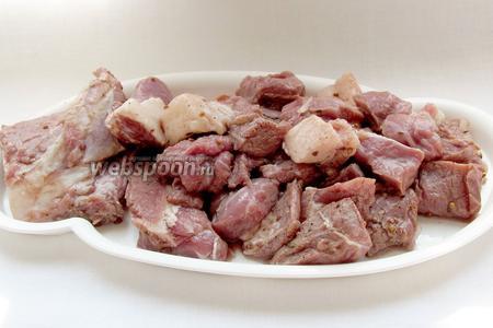 Через час необходимо достать мясо из маринада, тщательно отряхнув лук, выложить его на блюдо, чтобы стёк оставшийся маринад.