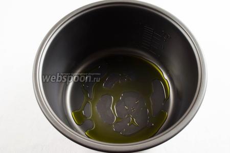 На дно чаши мультиварки (у меня мультиварка Panasonic) налить оливкового масла.