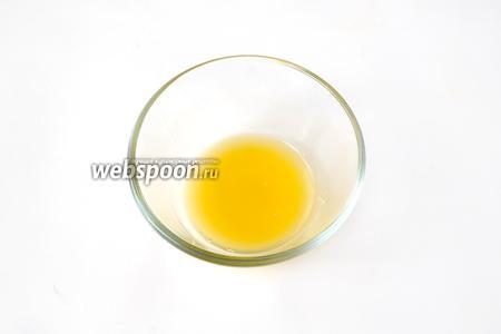 Выделившийся во время обрезки апельсина сок собираем в чашку, туда же выжимаем остатки сока из плёнок с частичками апельсина.