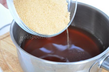 В небольшую кастрюльку волью все жидкие составляющие — воду, сок ананаса, соевый соус, терияки, лимонный сок, всё перемешиваем и всыпаем коричневый сахар.