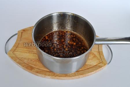 Следить за тем, что бы не пригорел сахар. Постоянно помешивать соус. Соус должен увариться примерно в 2 раза. Вы увидите, что он готов по его консистенции. Не забудьте, что когда соус постоит он станет ещё гуще!