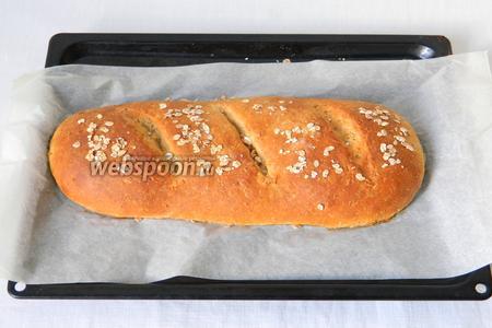 Выпекаем при температуре 200°С первые 10 минут с паром (ставим под противень ёмкость с горячей водой). Затем, воду убираем, на 2 минуты оставляем духовку открытой и продолжаем выпекать хлеб ещё 20 минут, до ровного коричневого цвета.