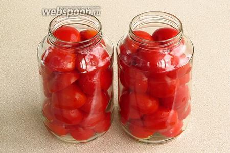 Половинки помидоров плотно уложить в банки разрезанной стороной вниз, не доходя до верха на 2–3 см.