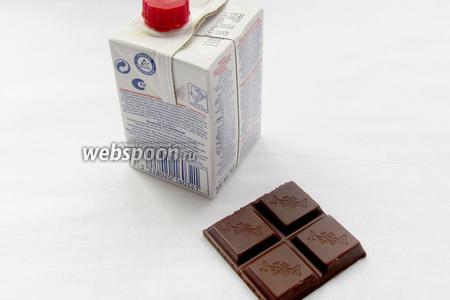 Затем сырник нужно полить шоколадной глазурью. Можно сварить глазурь используя масло, молоко, сахар и какао, но мне захотелось шоколада со сливками.