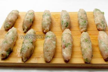 Из готового фарша сформировать мокрыми руками длинненькие колбаски-люля. Не нужно их делать слишком крупными, старайтесь  слепить их маленькими и тонкими.