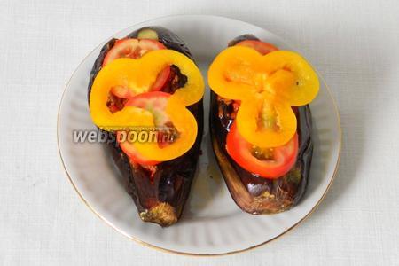 Сверху украсить двумя кольцами помидора и сладкого перца.