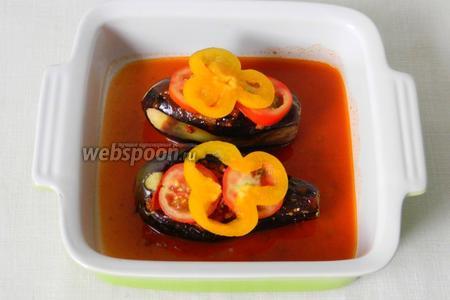 Баклажаны выложить в форму для выпечки и полить сцеженным соусом.