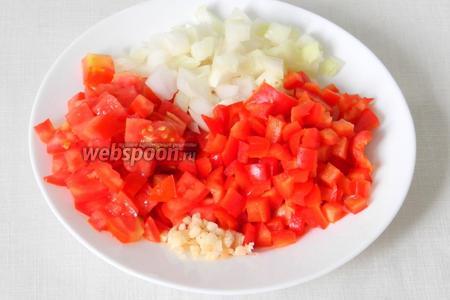 Помидоры, перец сладкий красного цвета, лук и чеснок измельчаем.