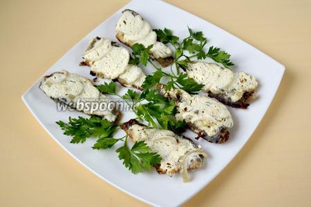 Выкладываем готовых карасей на блюдо и подаём. На гарнир подойдёт жареный картофель, овощи и зелень.