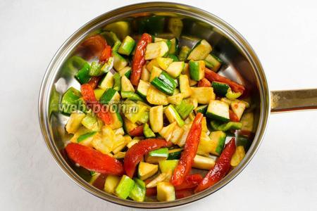 На сильно нагретую сковороду с кунжутным маслом выложить овощи (перед этим отжать от сока), рубленый чеснок. Жарить, помешивая в течение 3-5 минут.